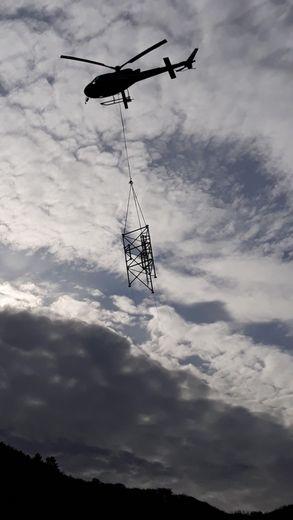 L'antenne a été héliportée jusqu'au site d'implantation.