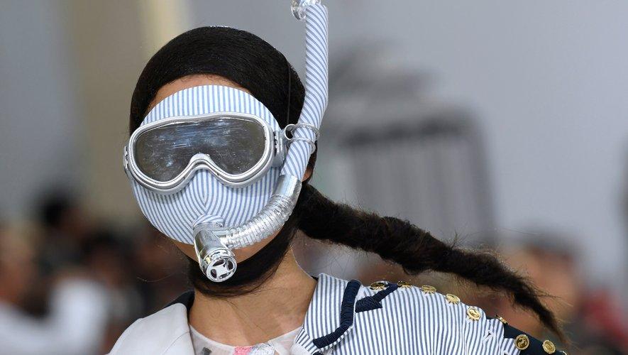 Les visages dissimulés derrière un masque et un tuba chez Thom Browne pour la saison printemps-été 2019. Paris, le 30 septembre 2018.