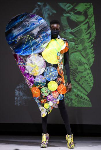 La robe-planètes sculpturale de threeASFOUR pour la saison automne-hiver  2019. New York, le 7 février 2019.