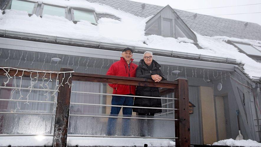 Pierre et Evelyne Conquet au balcon de leur chalet.