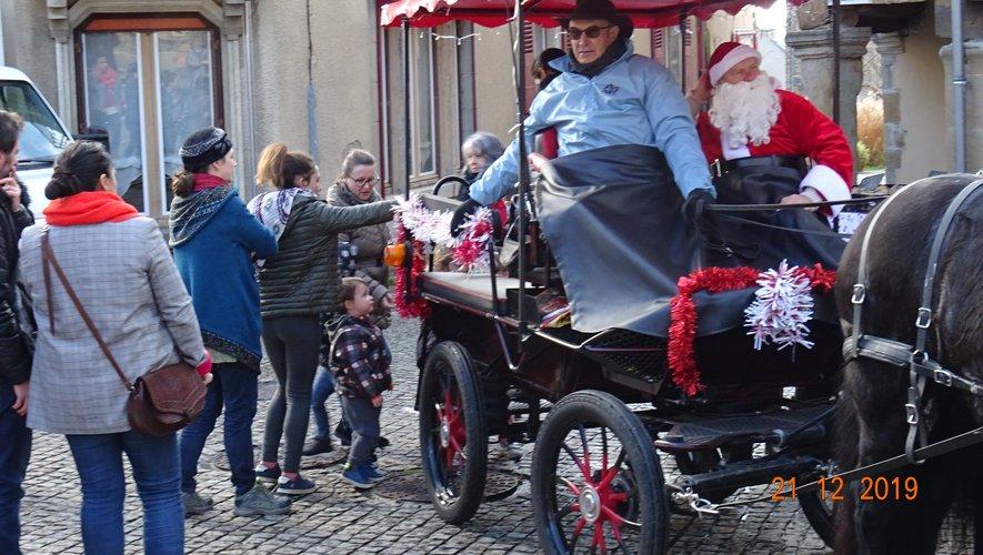 Calèche et père Noël sur le marché.