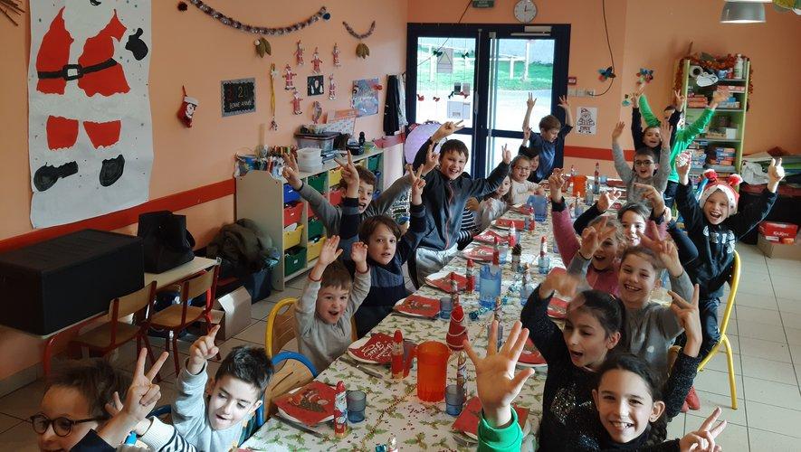 La table et la salle de cantine magnifiquement décorées par les enfants.