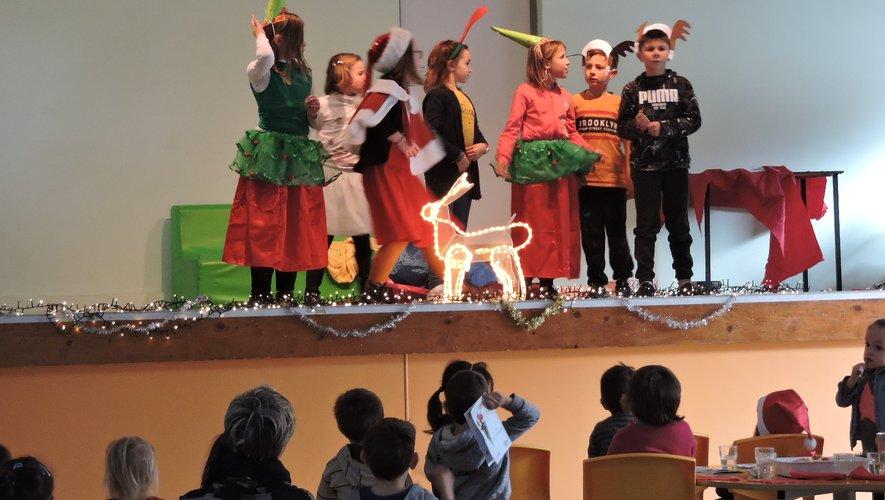 L'un des trois groupes d'enfants sur scène.