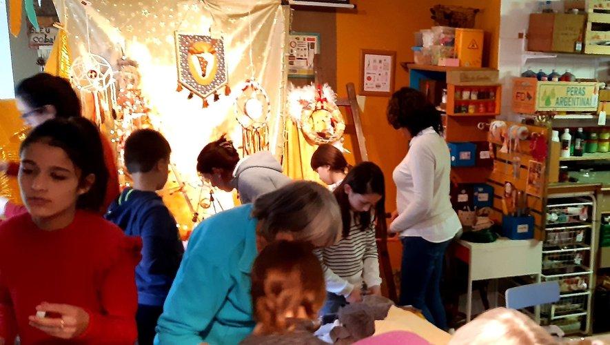 Les ateliers de décorations de Noël ont accueilli chaque fois une vingtaine de participants de tous âges.