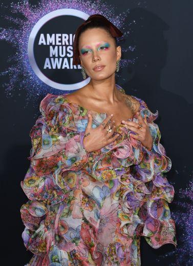 La chanteuse Halsey a ébloui en adoptant un fard multicolore et des sourcils décolorés aux American Music Awards de novembre.