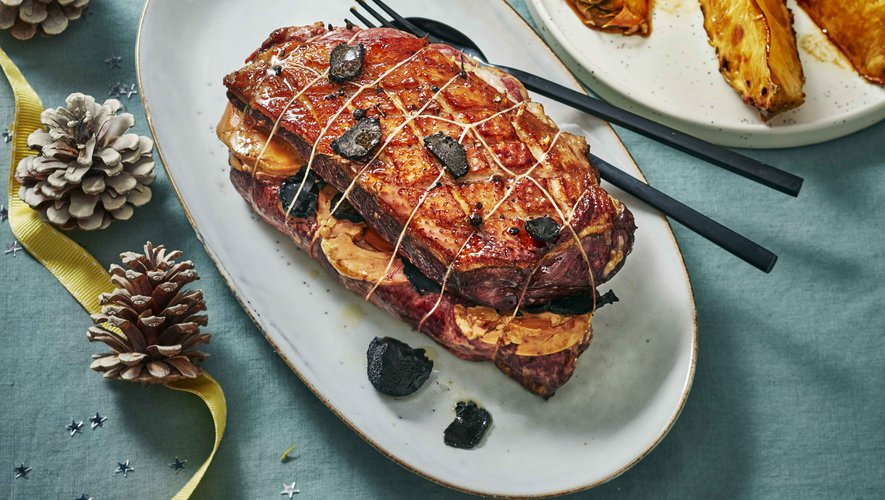 Rôti de magret de canard farci au foie gras et à la truffe, ananas rôti
