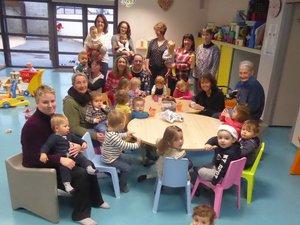 Les petits bouts de chou et leurs assistantes maternelles autour de Valérie Couly à Luc.