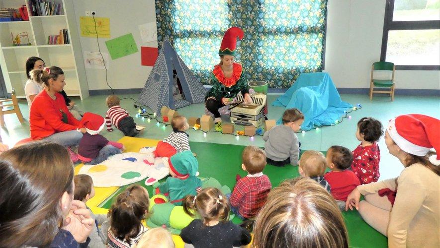 Les enfants attentifs au conte de Noël de Sandra.
