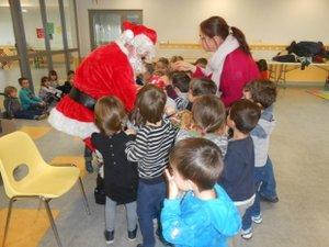 Joie, crainte, fébrilité à l'ouverture des cadeaux, câlins, conseils, tout fut mêlé pour un grand moment autour du  papa Noël pour le bonheur des  écoliers.