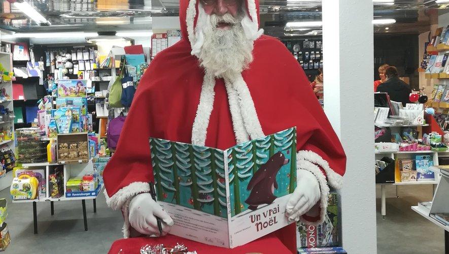 Le père Noël était de passage à la maison de la presse, samedi, et de nombreux enfants sont venus le saluer.