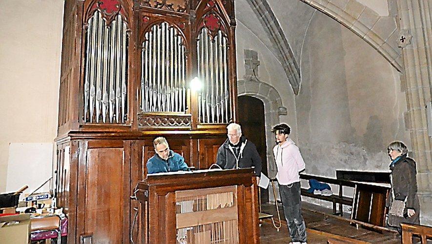 Le facteur d'orgue Gérard Bancells procédant aux réglages de l'orgue.