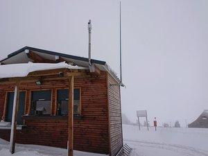 La webcam a été posée sur le toit de la billetterie de la station du Bouyssou à Laguiole..