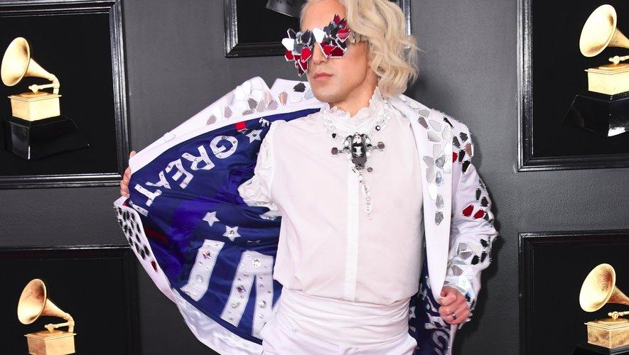 Des lunettes aux bottes en passant par la veste pro-Trump, rien ne va dans la tenue choisie par Ricky Rebel pour les Grammy Awards. Los Angeles, le 10 février 2019.