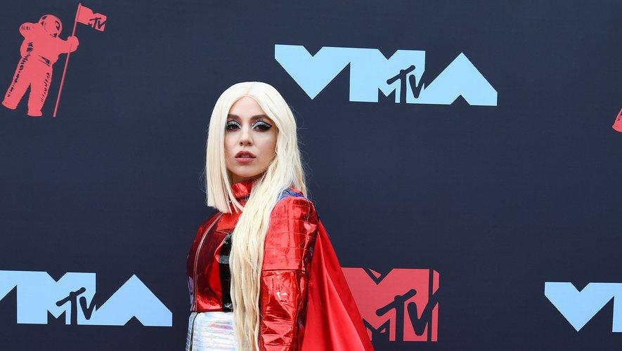 Ava Max a commis un fashion faux pas en foulant le tapis rouge des MTV Video Music Awards dans une tenue de super-héroïne. Newark, le 26 août 2019.