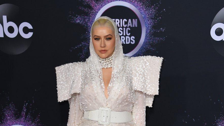 Cette tenue immaculée et brodée choisie par Christina Aguilera aurait pu être ultra-glamour pour les American Music Awards, mais il y a ce je-ne-sais-quoi qui ne match pas. Los Angeles, le 24 novembre 2019.