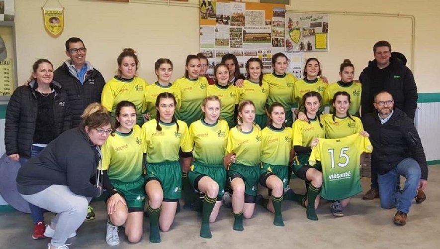 Les féminines recevant les nouveaux maillots de leurs partenaires Via-Santé et TDSC.