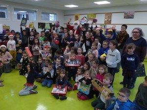 Les écoliers après la remise des cadeaux ont remercié le père Noël.
