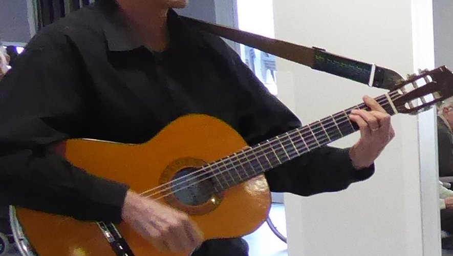 Jean-Luc Salgues et sa guitare interprétant des chants de Noël.