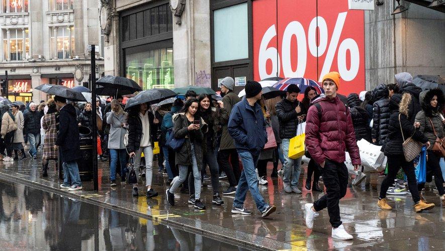 La pluie n'a pas aidé les commerçants lors du Boxing Day, ce 26 décembre 2019 à Londres (Royaume-Uni).