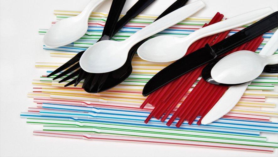 Le décret concerne notamment les gobelets et verres, les assiettes jetables de cuisine ainsi que les couverts et les plateaux-repas...