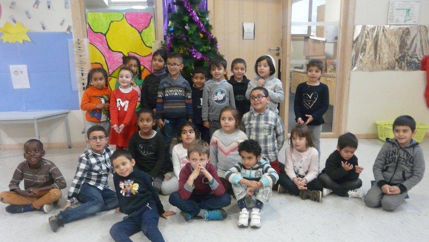 Un des groupes d'enfants posant au pied du  sapin.
