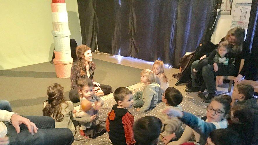 De jeunes enfants prêts à écouter Laetitia.