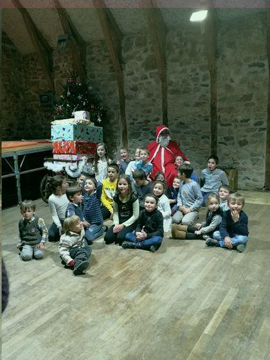Sur scène, les écoliers et le père Noël.