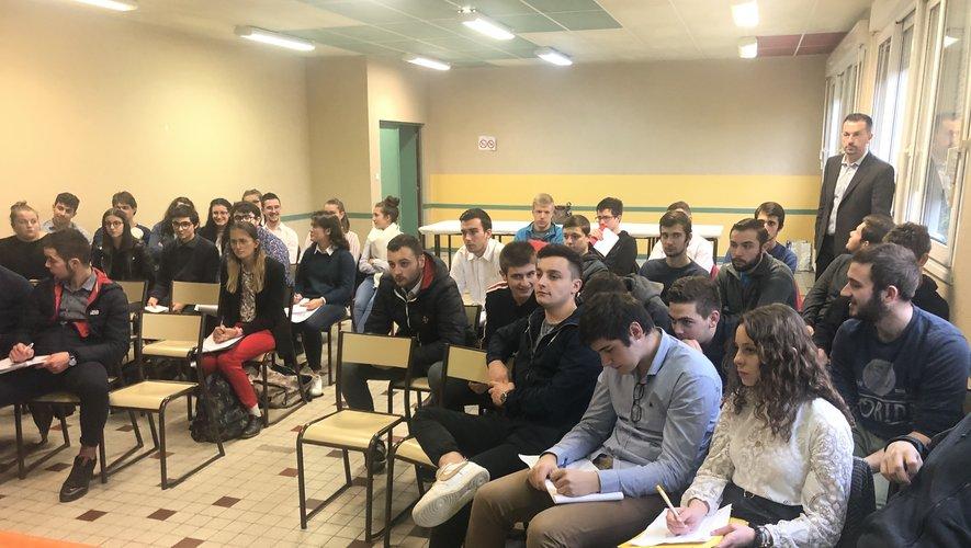 Les étudiants très intéressés par les propos des professionnels sous l'œil de Benoît Tremolet, professeur de marketing.