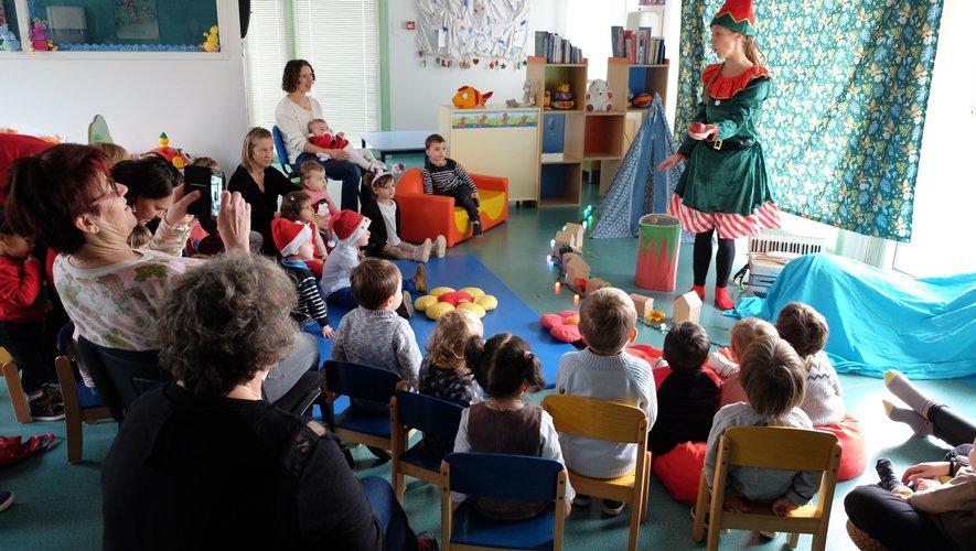 Une trentaine d'enfants et une quinzaine d'adultes ont accueilli le père Noël et assisté au spectacle de Sandra Nordmann.