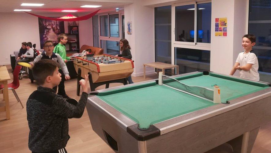 Quelques ados dans la nouvelle salle de l'accueil jeunesse à l'Espace Antoine-de-Saint-Exupéry.