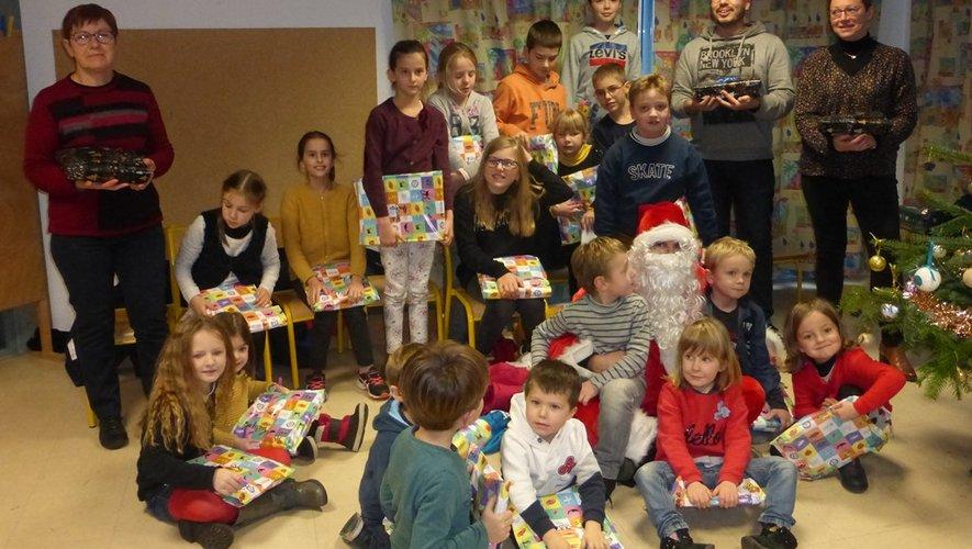 Les petits écoliers ont été gâtés par le Père Noël.
