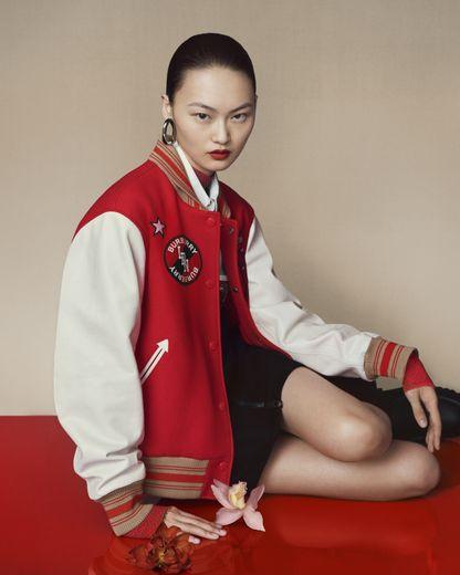 Zhou Dongyu prête ses traits à la nouvelle campagne Burberry consacrée au Nouvel An chinois.