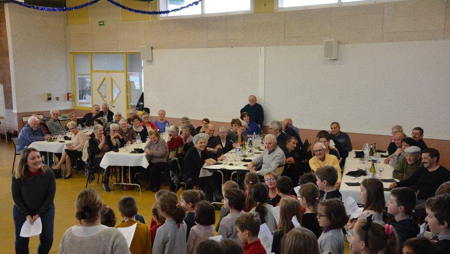 Les écoliers ont rejoint les aînés pour partager un moment festif
