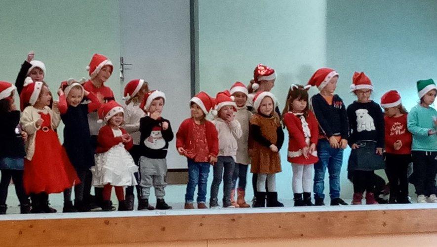 Les enfants ont interprétéles chants de Noël.