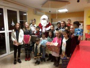 Le père Noël était très attendu par les enfants du personnel.
