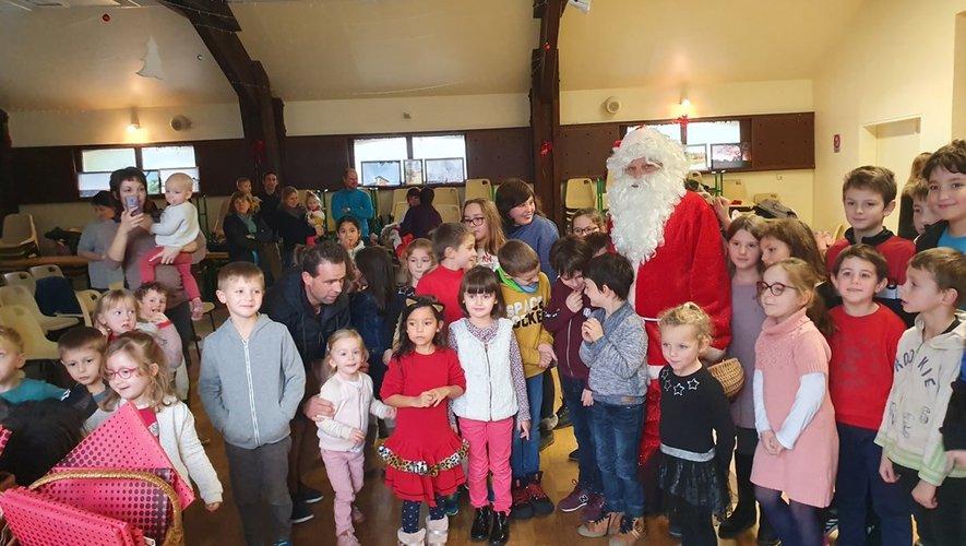 Le père Noël s'est montré très généreux envers les enfants.