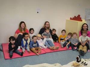 Les enfants ont écouté sagementles contes et les comptines.