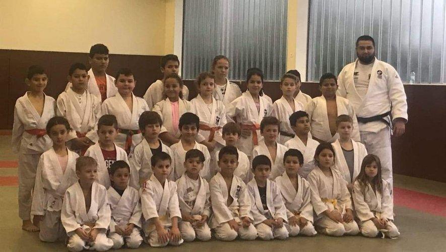 L'école de judo entourant les deux champions et leur professeur.