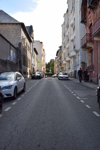 Entre les rues Planard et Raynal, la rue de Séguret-Saincric doit son nom à Alix Saincric, née à Bordeaux en 1832 .