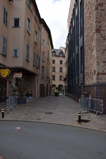 C'est le 19 novembre 1897 que le conseil municipal décide de changer la dénomination de la rue des casernes en rue Garrigues-Ricard,