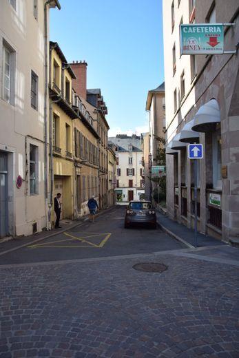 Entre le boulevard Gambetta et la rue de l'Abbé-Bessou, la rue Victoire-Massol.