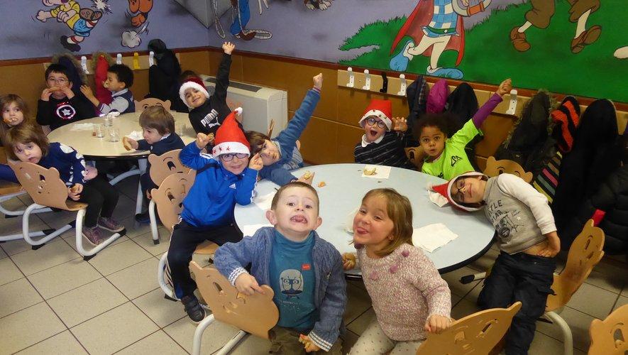 Les tout-petits au restaurant scolaire « La Grignotine » à La Primaube.