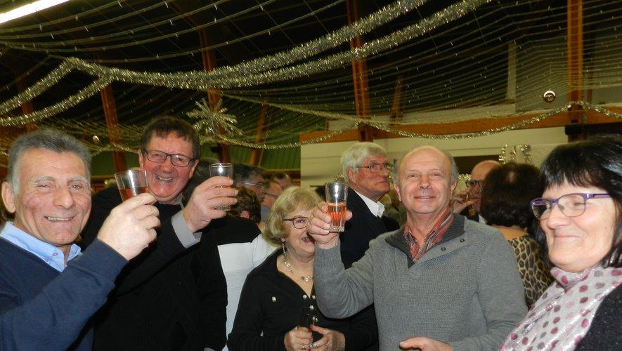 Ils ont levé le verre à la nouvelle année à la salle des fêtes de Treize Pierres pour le traditionnel réveillon du comité du Radel Fondiès (ci-dessus et ci-dessous à droite). À la Maison citoyenne, rendez-vous avait été donné autour d'une auberge espagnole (ci – dessous).