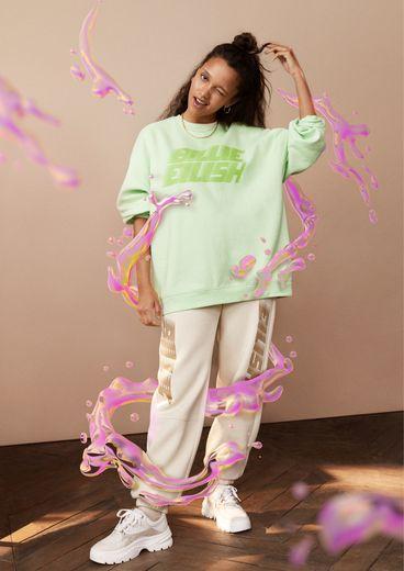 H&M lance une collection de merchandising Billie Eilish accompagnée d'une campagne sur laquelle a travaillé l'artiste 3D Ines Alpha