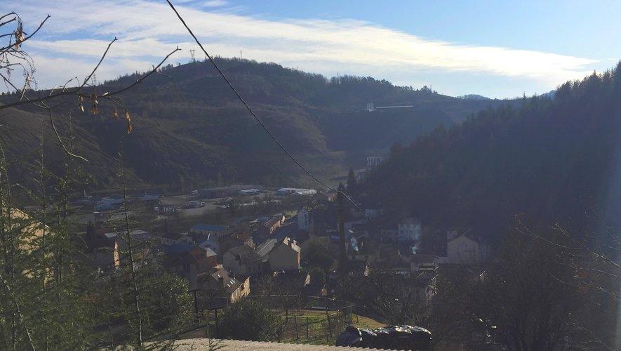 Le bourg de Viviez se situe à quelques centaines de mètres de l'implantation du projet Solena, c'est bien ce qui inquiète les professionnels de santé du Bassin.