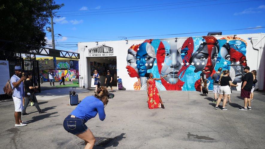 Une séance photo avec un mannequin devant le mur de Wynwood.