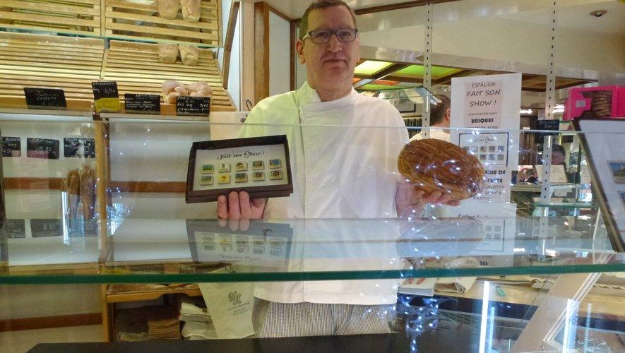 Le pâtissier présente la série de fèves.