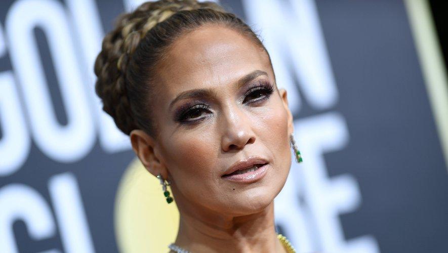 Jennifer Lopez a fait sensation avec un chignon tressé. La star a aussi opté pour un regard charbonneux et des lèvres nude pour fouler le tapis rouge.