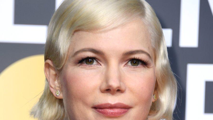 Un carré court blond platine donnait à Michelle Williams un look vintage. L'actrice a opté pour un maquillage doux, avec un regard charbonneux peu appuyé et un teint mate.