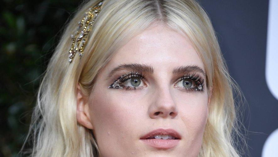 L'actrice Lucy Boynton a adopté un look futuriste avec un maquillage graphique et pailleté autour des yeux assorti à sa barrette de cheveux.